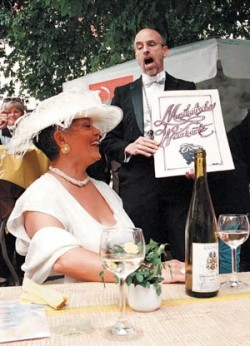 Singender Weinkellner